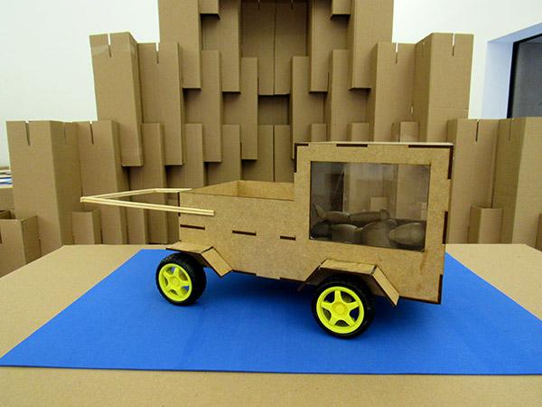 Protótipo de um carrinho com um espaço para dormir
