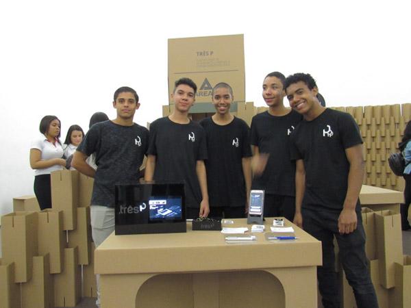 Quatro alunos posando para a cãmera