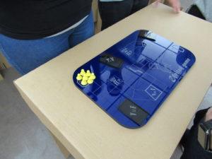 Exposição em uma mesa de um protótipo feito em acrílico