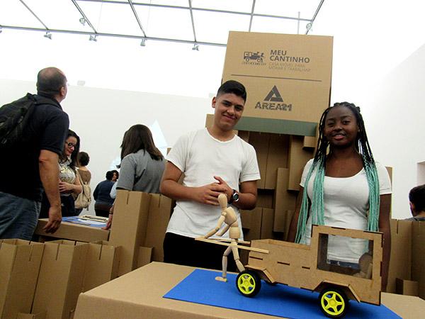 Dois alunos posam com o protótipo