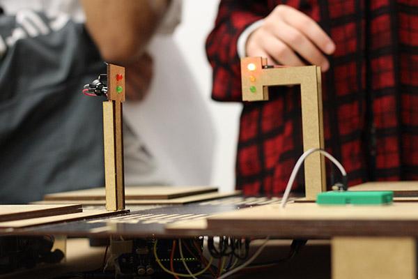 Protótipo do projeto feito de madeira, circuitos e fios