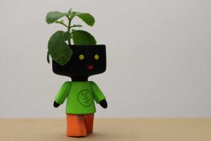Mascote do projeto feito em impressora 3D com uma plantinha na cabeça
