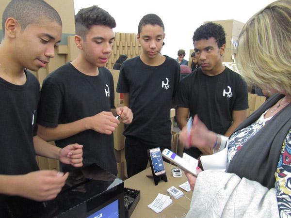 Alunos apresentam o projeto para visitantes em uma exposição