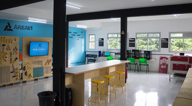 laboratório CEAP sem alunos com todos os recursos da área vinte e um