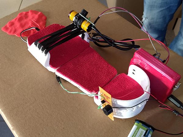 Projeto Mobi Visual (calçado com sensores para deficientes visuais)em cima da bancada de exposição na Mostra Área 21