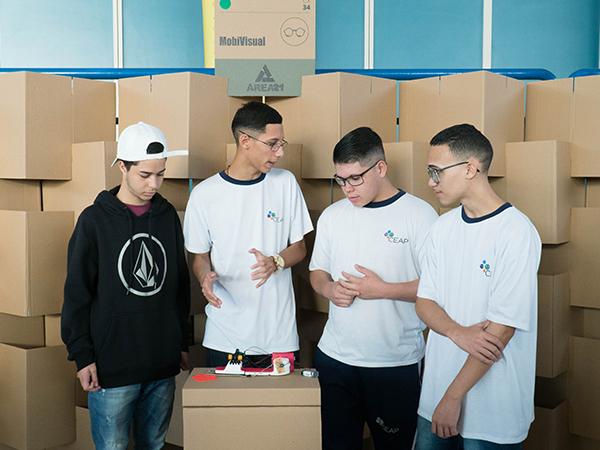 Jovens apresentando o projeto Mobi Visual (calçado com sensores para deficientes visuais)