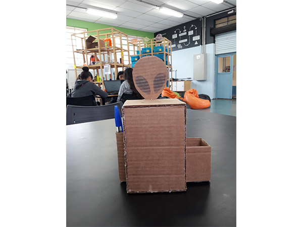 Modelo de estudo do projeto Spoock Bob feito de papelão.